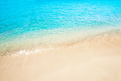 Paisagem bonita do verão do sol da areia da praia do mar para o papel de parede, tro imagem de stock royalty free