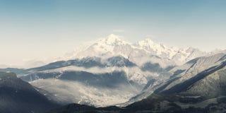 Paisagem bonita do vintage com montanha fotografia de stock royalty free