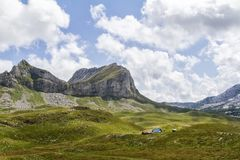Paisagem bonita em Montenegro com grama fresca e picos bonitos Parque nacional de Durmitor na peça de Montenegro de cumes de Dina foto de stock royalty free