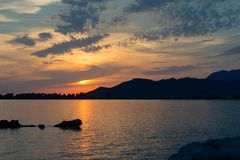 Paisagem bonita inspirada do por do sol no mar e nas montanhas Fotos de Stock
