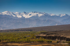 Paisagem bonita na montanha dos Himalayas com céu azul, Leh Ladakh Fotografia de Stock Royalty Free