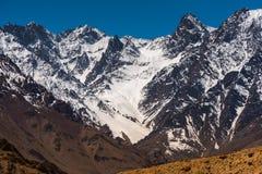 Paisagem bonita na montanha dos Himalayas com céu azul, Leh Ladakh fotografia de stock