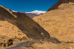 Paisagem bonita na montanha dos Himalayas com estrada e o céu azul, Leh Ladakh foto de stock