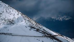 Paisagem bonita na montanha dos Himalayas com névoa acima dos montes fotos de stock royalty free