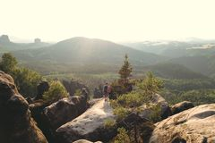 Paisagem bonita no elbsandsteingebirge com um par que aprecia a paisagem foto de stock