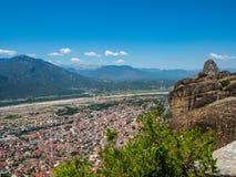 Paisagem bonita que negligencia a cidade de Kalambaka no vale do rio Pinyos e nas montanhas em Grécia fotografia de stock