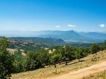 Paisagem bonita que negligencia o vale do rio e as montanhas em Grécia foto de stock