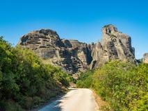 Paisagem bonita que negligencia o vale do rio Pinyos e as formações de rocha nas montanhas fotografia de stock