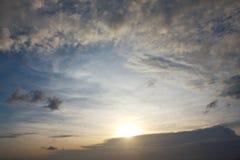 Paisagem brilhante do brilho do céu azul e do sol Foto de Stock