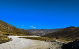Paisagem, céu azul e a estrada incrível nas montanhas do Peru fotos de stock