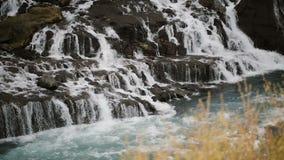Paisagem cênico bonita em Islândia A cachoeira poderosa Barnafoss conecta cai para baixo e flui no rio filme