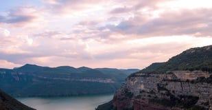 Paisagem cênico com por do sol cor-de-rosa no lago Sau, Catalonia, Espanha imagem de stock