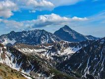 Paisagem cênico do parque nacional de Tatra com as montanhas no dia de mola ensolarado com a vila próxima de Zakopane do céu azul fotografia de stock