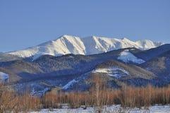 Paisagem calma da montanha do inverno com coberto de neve fotografia de stock royalty free