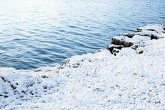 Paisagem calma da neve e da água foto de stock
