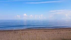 Paisagem calma e bonita com nuvens brancas no horizonte vídeos de arquivo
