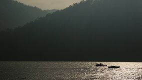 Paisagem calma um barco do poder na água Lago vídeos de arquivo