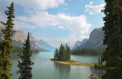 Paisagem canadense com ilha do espírito jasper alberta imagem de stock royalty free