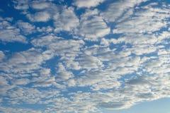 Paisagem celestial bonita Nuvens e sol no alvorecer O esplendor da luz solar fotografia de stock