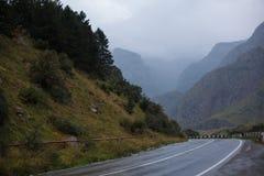 Paisagem cinemático da estrada Throuth da estrada as montanhas Fotografia de Stock Royalty Free