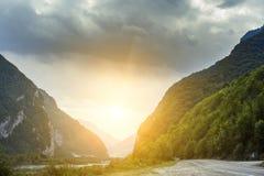 Paisagem cinemático da estrada Throuth da estrada as montanhas Imagem de Stock