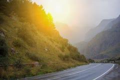 Paisagem cinemático da estrada Throuth da estrada as montanhas Imagens de Stock