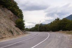 Paisagem cinemático da estrada Throuth de Asphalt Road as montanhas Fotografia de Stock Royalty Free