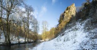 Paisagem coberto de neve correndo através do inverno do rio na floresta va Fotos de Stock