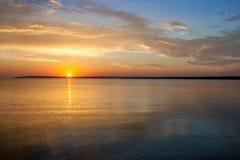 Paisagem colorida bonita do nascer do sol do mar do verão com surpresa de nuvens coloridas em um céu azul Fotografia de Stock