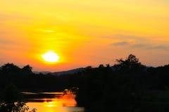 paisagem colorida bonita do por do sol e árvore da silhueta no tempo do crepúsculo do céu Fotos de Stock Royalty Free