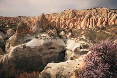 Paisagem colorida das montanhas de Cappadocia no nascer do sol, Turquia Fotos de Stock Royalty Free