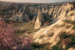 Paisagem colorida das montanhas de Cappadocia no nascer do sol, Turquia Foto de Stock