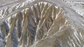Paisagem colorida de montanhas cobertos de neve tiro Ideia superior da paisagem montanhosa no inverno video estoque