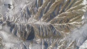Paisagem colorida de montanhas cobertos de neve tiro Ideia superior da paisagem montanhosa no inverno filme