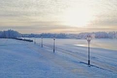 Paisagem colorida do inverno com o rio na névoa fria no por do sol Imagens de Stock