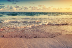 Paisagem colorida do nascer do sol na costa de Oceano Atlântico Imagem de Stock