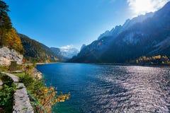 Paisagem colorida do outono com montanhas, lago e árvores em cumes austríacos Salzkammergut, Gosausee fotografia de stock royalty free