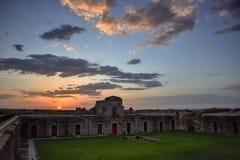 Paisagem colorida do por do sol em ruínas militares velhas do forte fotografia de stock royalty free