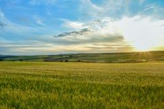 Paisagem colorida do por do sol na terra fotos de stock