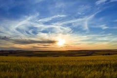 Paisagem colorida do por do sol na terra Sensação da liberdade imagem de stock