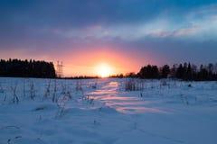 Paisagem colorida do por do sol no inverno com céu dramático Imagem de Stock Royalty Free