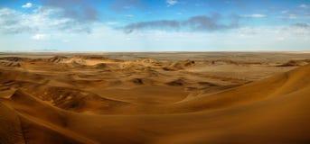 Paisagem com as dunas de areia perto de Swakopmund Namibia Imagens de Stock Royalty Free