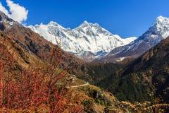 Paisagem com as montanhas altas em Himalaya Foto de Stock Royalty Free