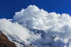 Paisagem com as montanhas altas em Himalaya Fotografia de Stock Royalty Free
