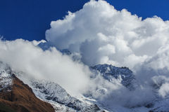 Paisagem com as montanhas altas em Himalaya Foto de Stock