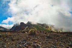 Paisagem com as montanhas cobertas com as nuvens Fotos de Stock