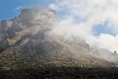 Paisagem com as montanhas cobertas com as nuvens Foto de Stock