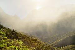 Paisagem com as montanhas cobertas com as nuvens Fotografia de Stock Royalty Free
