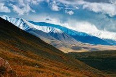 Paisagem com as montanhas neve-tampadas contra Fotos de Stock