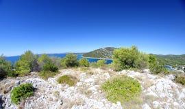Paisagem com as montanhas rochosas ao mar Foto de Stock